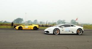 Dua buah mobil Lamborghini beradu cepat di lintasan lurus (drag race) di Lanud Suwondo, Medan, Sabtu (3/10). Drag race yang digelar panitia merupakan rangkaian acara Bull Run 2015 dan diikuti 45 mobil Lamborghini dari berbagai tipe. (WOL Photo/Ega Ibra)