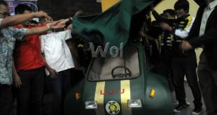 Tim Asatama memperkenalkan mobil hemat energi yang diberi nama Lamjingar Urban saat peluncuran mobil hemat energi di Fakultas Teknik Universitas Sumatera Utara, Medan, Sabtu (10/10). Tim Asatama meluncurkan dua buah mobil hemat energi yang diberi nama Lamringan Proto dan Lamjingar Urban untuk diikutsertakan di kontes mobil hemat energi 2015. (WOL Photo/Ega Ibra)