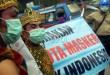 """Anggota Komunitas Sepeda Tua Indonesia (Kosti) berkostum tokoh pewayangan dengan memakai masker saat aski """"Gerakan Sejuta Masker untuk Indonesia"""" di Bundaran Majestik Medan, Selasa (6/10). Aksi ini sebagai bentuk keprihatinan mereka terhadap bencana kabut asap yang melanda Indonesia khususnya kawasan pulau Sumatera dan Kalimantan akibat kebakaran lahan dan hutan. (WOL Photo/Ega Ibra)"""