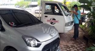 Mobil pick up Carry I.5 BK 8402 CR kaca depan pecah berantakan dan disampingnya mobil Astra Daihatsu BK 1464 OV body samping kiri mobil lecet dan penyot kini di Polsek Medan Baru. (WOL Photo/Gacok)