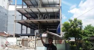 Warga menunjukkan bangunan bermasalah di Jalan Sei Besitang Medan.(WOL Photo/gacok)