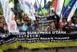 Gabungan Buruh Sumatera Utara berunjuk rasa di depan kantor Gubernur Sumatera Utara, Medan, Selasa (24/11). Mereka menuntut pemerintah untuk segera menghapuskan Peraturan Pemerintah (PP) Nomor 78 tahun 2015 tentang pengupahan karena dianggap merugikan para buruh. (WOL Photo/Ega Ibra)