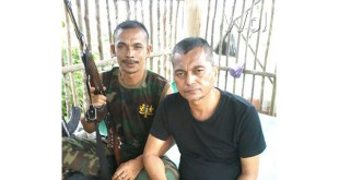 Pimpinan kelompok bersenjata api, Din Minimi (pegang senjata) dengan Pimpinan AAA, Tgk Sufaini Syekhy di Markas Din Minimi beberapa waktu lalu. (WOL Photo/Chairul Sya'ban)