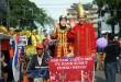 Peserta karnaval menaiki becak saat pembukaan Pajak Bumi dan Bangunan (PBB) Fair 2015 di Lapangan Merdeka, Medan, jumat (27/11). PBB Fair yang diadakan dari tanggal 27-29 November juga memberikan penghapusan denda bagi wajib pajak yang telah jatuh tempo. (WOL Photo/Ega Ibra)
