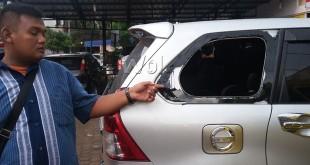 Kaca mobil sebelah kanan dipecahkan penjahat dan kerugian tas berisikan surat berharga dan lainnya.(WOL Photo/gacok)