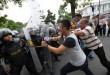 Polisi berusaha menghalau massa pengunjuk rasa yang bertindak anarkis saat simulasi penanganan unjuk rasa di depan Kantor Gubernur Sumut, Medan, Sabtu (21/11). Simulasi ini dilakukan untuk mempersiapkan personel kepolisian dalam melakukan pengamanan saat aksi unjuk rasa dan pengamanan pilkada 9 Desember. (WOL Photo/Ega Ibra)