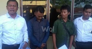 Panit II Reskrim Polsek Sunggal Ipda Syahri Sebayang SH (kiri) didampingi penyidik Yopi P SH (kanan) mengamankan dua pelaku pengaduan palsu korban begal, Omris Malau dan Harianto.(WOL Photo/gacok)
