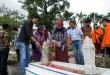"""Pemred Waspada Online Austin Tumengkol (kiri), CEO Waspada Online yang juga Ketua Sekolah Tinggi Ilmu Komunikasi """"Pembangunan"""" (STIK-P) Medan Ida Tumengkol (kedua kiri), Pemimpin Umum Harian Waspada Rayati Syafrin (kedua kanan) dan Pimpinan Yayasan Pendidikan Ani Idrus (YPAI) Indra Buana Said (kanan) serta mahasiswa STIK-P berziarah ke makam Ani Idrus di TPU Kayu Besar, Jl Thamrin, Medan, Rabu (25/11). Ziarah makam ini untuk memperingati hari lahir Ani Idrus yang jatuh pada tanggal 25 November. (WOL Photo/Ega Ibra)"""