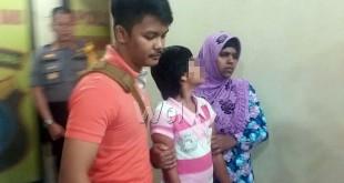 Panit I Reskrim Iptu Arrya Nusa Hindrawan SIK (kiri) menggiring korban Cantik usia 12 tahun (bukan nama sebenarnya) bersama ibu kandungnya untuk naik ke mobil akan dibawa ke rumah aman KPAI Sumut. (WOL Photo/Gacok).