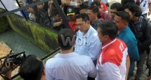 Kepala BNN Pusat, Komjen Pol Drs Budi Waseso melihat penangkaran buaya di Asam Kumbang Medan. (WOL Photo/Ega Ibra)