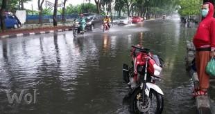 Kendaraan roda empat, tiga dan dua melintas Jalan Gatot Subroto, Kecamatan Medan Helvetia berlahan-lahan karena banjir.(WOL Photo/gacok)