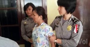 Petugas Polwan Polsek Sunggal menggiring tersangka Yusnita untuk dimasukkan ke ruang tahanan Polsek Sunggal. Sedangkan suaminya masih dalam pengembangan.(WOL Photo/gacok)