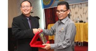 Pj Bupati Labuhanbatu, Drs Amran Utheh, menerima cenderamata dari Ketua IPPAT Labuhanbatu Raya Roni Kusnandar, SH (WOL Photo)