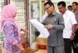 Pj. Bupati Labuhanbatu Drs. Amran Utheh, M.AP disaksikan Ketua KPU Hj. Ira Wirtati sedang menyaksikan alat kelengkapan Pilkada di Aula Kantor KPU Labuhanbatu (WOL Photo)