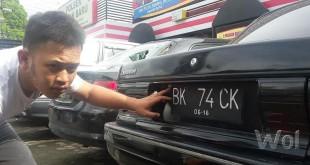 Plat BK 47 CK mobil sedan warna hitam penembak pengemudi betor ternyata palsu. (WOL Photo/gacok)