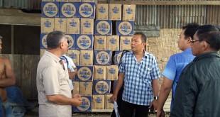 Kanit Intelkam Polsek Sunggal Iptu SB Manullang SH (baju kotak-kotak biru putih) berada di gudang ekspedisi memberikan keterangan kepada pekerja gudang terkait adanya bentrok OKP yang bernaung dalam kelompok kerja tersebut.(WOL Photo/gacok)