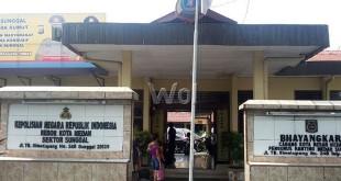 Pembantu rumah tangga (PRT), Bunga, korban perkosaan yang dilakukan Wira membuat laporan pengaduan di SPKT Polsek Sunggal Jalan TB Simatupang. (WOL Photo/Gacok)
