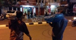 Am (50) beserta Ilham (37) saat meninggalkan Jalan Thamrin, di mana kantor MPW PP Sumut saat diserang kelompok massa IPK, Sabtu (30/1) sore. WOL Photo
