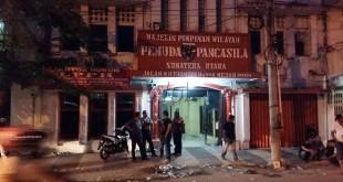 Keterangan foto (muhammad rizki): pasca kerusuhan di JalanThamrin, Sabtu (30/1) sore, kantor MPW PP Sumut dijaga ketat oleh kader PP dan Brimob Subden 4 C Polda Sumatera Utara.