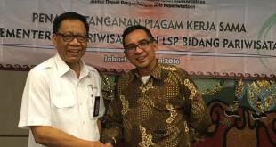 Deputi Bidang Pengembangan Kelembagaan Kepariwisataan Prof. Ahman Sya (kiri) berjabat tangan dengan Ketua LSP Hotpari Medan Denny S Wardhana usai penandatanganan MoU sertifikasi di Sumut untuk 2016 yang berjumlah 1.850 orang. (foto: Ist)