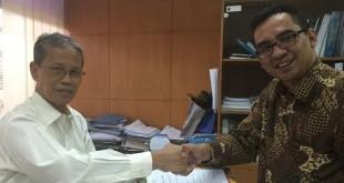 Ketua Komisi Lisensi Lembaga Sertifikasi BNSP Sanromo (kiri) menyerahkan perpanjangan lisensi kepada Ketua LSP Hotpari Medan Denny S Wardhana di gedung BNSP Jakarta, kemarin. (foto: Ist)