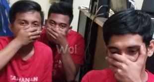 Tersangka Ilham, Oby dan Imam kasus pembunuhan anggota Brimob Polda Sumut, terpaksa duduk di lantai ruang juru periksa Reskrim Polsek Medan Sunggal, karena menghindari bidikan wartawan. (WOL Photo/gacok)