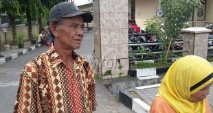 M Amin Sinurat (64) didampingi Syaidah Berutu (56) datang ke Mako Polsek Medan Sunggal pasca tewasnya Jul Irsyat Sinurat guna mengusut tuntas kematiannya. (WOL Photo/gacok)