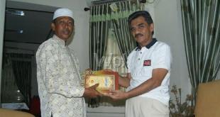 Bupati Aceh Utara, H. Muhammad Thaib atau Cek Mad (Kanan) Memberikan Kitab Sabilal Muhtadin Kepada Geuchik (Kepala Desa) Seuneubok Baro, Cot Girek, Aceh Utara, Tgk. Ismail Husein (Kiri) di Pendopo Bupati, Sabtu (23/1).(WOL Photo/Chairul Sya'ban)