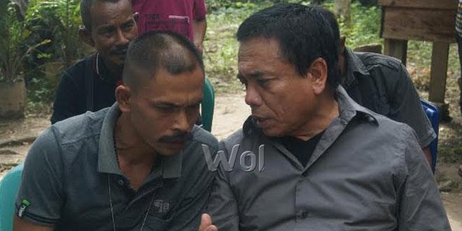 Nurdin Ismail alias Din Minimi (kiri) sedang berbincang dengan mantan Gubernur Aceh Periode 2007-2012, Irwandi Yusuf yang sengaja mengunjungi kediamannya di Desa Ladang Baro, Kecamatan Julok, Kabupaten Aceh Timur, Minggu (3/1). (WOL Photo/Chairul Sya'ban)