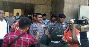 Kapolsek Medan Labuhan, Kompol Boy Situmorang SIK, SH, MH sedang menjelaskan kepada wartawan ketika usai melakukan penggerebekan gudang milik Apoh yang berubah fungsi jadi lokasi judi. (WOL Photo/Gacok)