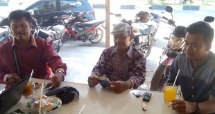 Samping kiri dan kanan Sekretaris serta Wakil Ketua DPW PA Simeulue memberikan informasi kepada media di salah satu sudut kota Sinabang, Kamis (25/2). (Waspada/Rahmad)