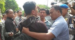 Polisi amankan seorang ngaku penasehat hukum salah seorang tersangka begal saat melakukan rekonstruksi kasus pembunuhan anggota Brimob Polda Sumut di Jalan Sei Serayu Medan.(WOL. Photo/gacok)