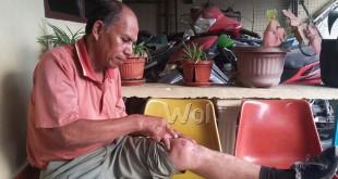 Kabiro Sumut Media LWI Pos korban penganiayaan supir angkot line Binjai-Medan meringis kesakitan sambil mengelus-elus kakinya di Mako Polsek Medan Sunggal. (WOL. Photo/gacok)