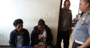 Provost Polsek Medan Sunggal, Brigadir Edi Suranta Saragih SH  sedang menginterogasi tersangka suami istri mencuri di Alfamart.(WOL Photo/gacok)