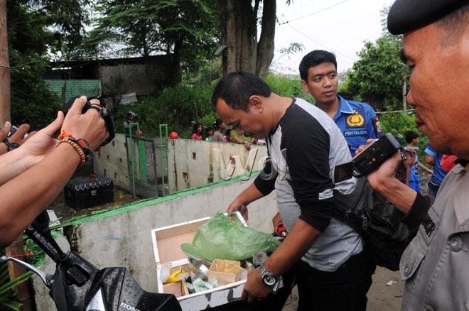 Personel kepolisian menyita kotak yang diduga berisi alat untuk memakai narkoba saat melakukan razia di kawasan pemukiman Jalan Mangkubumi, Medan, Rabu (17/2). Razia narkoba ini bertujuan untuk mencegah nperedaran narkoba yang banyak terjadi dikawasan tersebut. (WOL Photo/Ega Ibra)