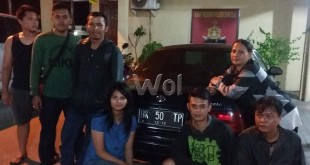 Penjual kartu paket internet menjadi korban penipuan dan penggelapan berkumpul di dekat mobil pelaku di halaman Mako Polsek Medan Sunggal.(WOL Photo/gacok)