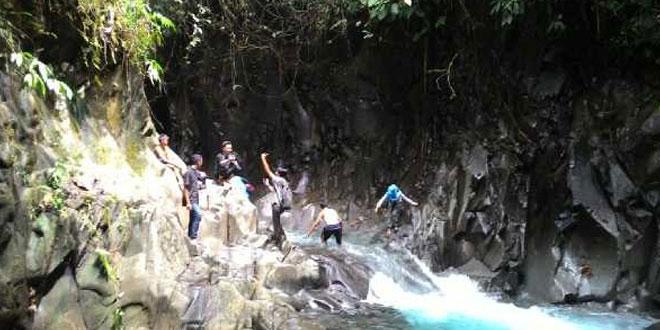 bertualang di wisata alam lorong batu waspada online