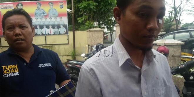 Petugas Polsek Medan Sunggal membawa tersangka Aga berobat ke rumah sakit.(WOL Photo/Gacok)