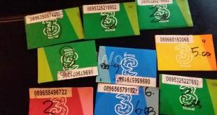 Pedagang penjual paket data internet memperlihatkan kartu internet 3 Tri.co.id isinya sudah kosong. (WOL Photo/Gacok)