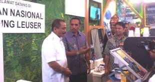 Menteri Pariwisata RI Arief Yahya saat berbincang bersama Kepala Dinas Kebudayan dan Pariwisata Aceh, Reza Fahlevi setelah membuka pameran Deep & Extreme Indonesia di JCC Plenary Hall Senayan Jakarta, Kamis (31/3). (Istimewa)