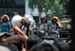 Pedagang Pasar Sutomo saat berunjuk rasa di depan Gedung DPRD Medan, Senin (28/3). Mereka meminta penggusuran yang dilakukan pihak Pemko Medan terhadap para pedagang dihentikan sebelum ada solusi bagi pedagang. (WOL Photo/Ega Ibra)