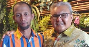 Ketua KP3 Pusat Alabas, Armen Deski bersama salah seorang pendukung Alabas, di Medan, Sabtu (12/3). (Istimewa)