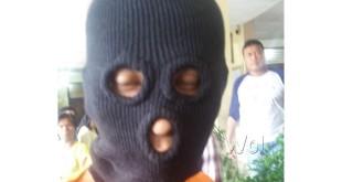 Edy Supratman alias Edy Tagor (30) memakai sebo dan memakai baju tahanan Polsek Medan Sunggal.(WOL. Photo/gacok)