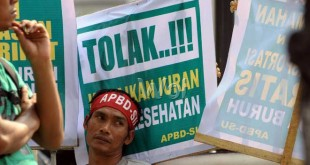 Massa buruh yang tergabung dalam Aliansi Pekerja Buruh Daerah Sumatera Utara (APBD-SU) berunjuk rasa di depan Kantor Gubernur Sumatera Utara, Medan, Kamis (28/4). Unjuk rasa yang digelar dalam memperingati May Day 2016, massa menolak PP nomor 78 2016 yang dianggap mengkebiri kenaikan upah buruh dan meminta pemerintah menghapuskan sistem kerja kontrak. (WOL Photo/Ega Ibra)