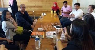 Diskusi ringan antara media massa berbasis teknologi, Kibar, dan komunitas Medan di Pilastro Cafe Medan, Sabtu (23/4). WOL Photo/M Rizki