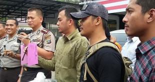 Kapolresta Medan, Kombes Pol Mardiaz Kusin Dwihananto SIK Mhum didampingi Kapolsek Medan Baru dan personilnya, memperlihatkan barang bukti yang disaksikan tiga tersangka.(WOL Photo/gacok)