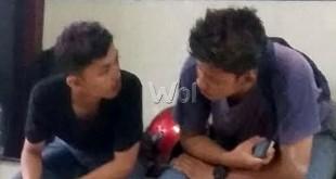 Riski (kanan) didampingi temannya berada di Polsek Medan Sunggal. (WOL Photo/Gacok)