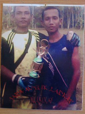 Mursalin (Kiri) seragam kiper Laskar FC Rumoh Rayeuk memboyong piala sebelum ia jatuh sakit.(Ist)