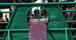 Seorang pedagang Pasar Jalan Veteran memegang spanduk berisi tuntutan saat menggelar aksi unjuk rasa di depan Kantor Walikota Medan, Senin (30/5). Pedagang menuntut pemerintah memperhatikan nasib mereka yang masih bertahan di seputar Pasar Sutomo dan tidak ingin dipindahkan ke Pasar Induk Tuntungan. (WOL Photo/Ega Ibra)