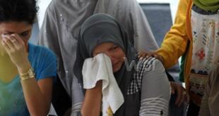 Sejumlah keluarga korban menangis saat mengetahui ada keluarganya yang menjadi korban banjir bandang Danau Dua Warna Sibolangit, di Rumah Sakit Bhayangkara Medan, Selasa (17/5). Sebanyak 17 jenazah korban banjir bandang Danau Dua Warna Sibolangit berada di RS Bhayangkara Medan untuk diotopsi. (WOL Photo/Ega Ibra)